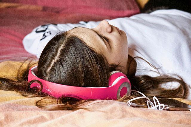 Slapende vrouw op de beste muziek